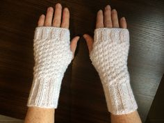 White mittens in double point of rice. Knit Mittens, Knitted Gloves, Fingerless Gloves, Winter Headbands, Single Crochet Stitch, Wrist Warmers, Crochet Poncho, Knitted Headband, Knitting Accessories