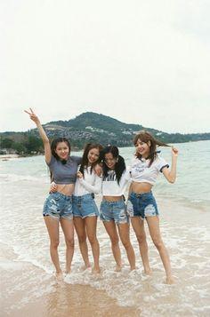 Lisa looks huge compared to them.especially the unnies Kim Jennie, Jenny Kim, Blackpink Fashion, Korean Fashion, Divas, K Wallpaper, Maria Jose, Black Pink Kpop, Blackpink Photos