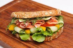 Dieses Low-Carb Eiweißbrot mit Räucherlachs, Paprika, und Gurke und viele weitere gesunde Brot-Rezepte zum Abendessen findest Du auf Vitalkochen.