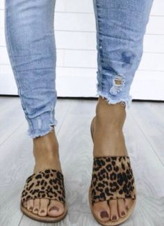 Single Band Animal Print Sandalen Slides-Leopardenmuster - Cheeta Everything - Crazy Shoes, Me Too Shoes, Mode Style, Style Me, Simple Style, Look Fashion, Fashion Shoes, Zapatos Shoes, Shoes Sandals