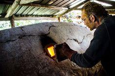 Partage, plaisir et travail pour cette exceptionnelle cuisson de poterie dans le four baleine d'Hervé Billard
