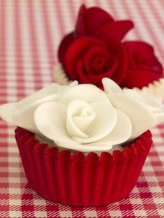 Red & white wedding cup cakes