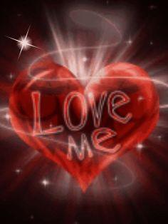 cuore rosso con scritta Love me