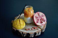 Recette bébé : brunoise de mangue marinade de grenade sur fromage blanc vanille pour bébé (Dès 8 mois). Un petit pot maison plein d'exotisme, parfait pendant la diversification alimentaire de bébé !