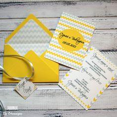 Купить Приглашение на свадьбу в конверте Желто-серые шевроны - желтый, серый, крафт-конверт