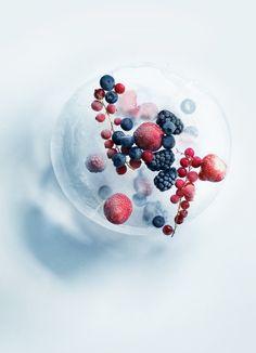 frosne bær i isblok