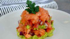 Voici la recette d'unsavoureux tartare de saumon léger, frais, délicieux et qui fond dans bouche, avec avocat, tomates et oignon.