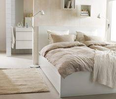 Ein Schlafzimmer mit Naturmaterialien; u. a. mit MALM Bettgestell hoch mit 4 Schubkästen weiß, LINBLOMMA Bettwäsche-Sets naturfarben aus 100...