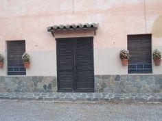 Buen conjunto de puerta y ventanas.Poblet, Tarragona, Catalunya, España.