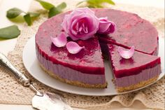 La cheesecake al profumo di rose è una delicata torta fredda davvero elegante e scenografica!