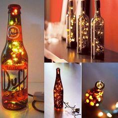 Esta é a dica mais simples de ser feita. Basta escolher as garrafas preferidas e colocar pequenas lâmpadas natalinas dentro delas. A iluminação será diferente das tradicionais por refletir as cores das garrafas. Nestes casos, os colecionadores e grandes apreciadores de vinhos podem manter os rótulos nas garrafas, como recordação das bebidas apreciadas.