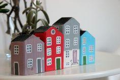 Holzhäuser, Schnitt und handbemalt. Jedes Haus ist ein Unikat, aus Fichtenholz, Malerei für das rustikale Aussehen nicht zu entfernen sind und mit Acrylfarbe mit Wasser gemalt wurden Ideal platziert werden ausgerichtet, um ein kleines Dorf auf einem Regal oder auf den Möbeln zu
