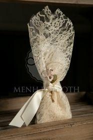 Μένη Ρογκότη - Μπομπονιέρα γάμου σε vintage ύφος δαντελένια με λουλουδάκια και σατέν εκρού κορδέλα