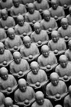 Little Buddha statues at Hase-dera temple, Kamakura, Japan (altro che esercito di terracotta!)