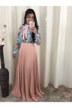 Saia+Longa+Plissada+Ros%E9 Ideias Fashion, Skirts, Pleated Maxi Skirts, Pleated Skirt Outfit, Fashion Trends, Outfits, Skirt, Gowns