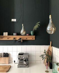 Kitchen – White Tray and Tiles, Wood, Black Wall, Glass Bulbs, DIY Knife … - Diy Kitchen Ideas 2019 Glass Kitchen, Kitchen Backsplash, Kitchen White, Kitchen Interior, Kitchen Decor, Decoration Restaurant, Diy Knife, White Tray, Cocinas Kitchen
