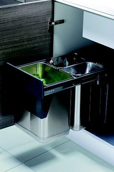 Lixeira reciclável deslizante em aço inox, da Ornare, fixada dentro do módulo com portas