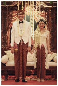 dekraft photography - javanese wedding Javanese Wedding, Indonesian Wedding, Traditional Wedding, Traditional Dresses, Kebaya Jawa, Kebaya Wedding, Wedding Suits, Wedding Dresses, Model Kebaya