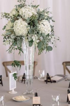Eucalyptus, dusty miller progetti da provare жемчужная свадьба, свадьба и у Tall Wedding Centerpieces, Wedding Table Flowers, Floral Centerpieces, Floral Wedding, Centerpiece Ideas, Green Wedding, Elegant Wedding, Chic Wedding, Trendy Wedding