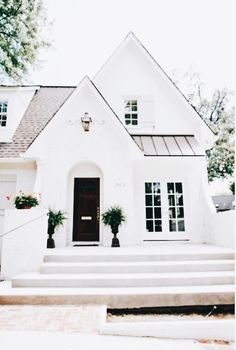 60 Awesome Farmhouse Exterior Design and Decor Ideas Do you want to transform your home exterior into modern farmhouse exterior? Modern farmhouse exterior is the perfect blend of modern and traditional elements. Small Cottage House Plans, Small Cottage Homes, Small Cottages, Small Dream Homes, Exterior Paint Colors For House, Paint Colors For Home, Paint Colours, House Paint Color Combination, Modern Farmhouse Exterior