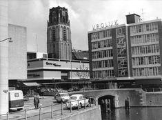Steiger bij Hoogstraat 1965. Met schoenwinkel Vrolijk en Galerie Modern. Erachter de Laurenskerk.