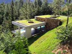 casa con techos verdes en republica dominicana - Modern Hillside Homes