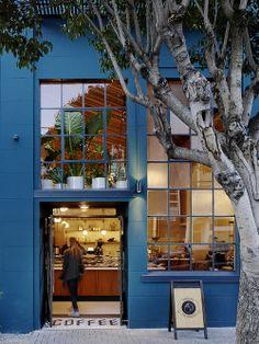 Fachada Azul de um Café. Arquiteto: Boor Bridges Architecture.