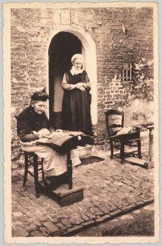 Twee Brugse kantwerksters aan het werk in het godshuis De Pelikaan.