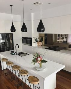 """201 Me gusta, 8 comentarios - Rach Walton (@the_edgeofstyle) en Instagram: """"~ LOVE how my new black pendants have rezoned my kitchen into its own space, creating depth,…"""""""