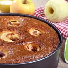 1.Caramelizează într-o formă de copt jumătate din cantitatea de zahăr și întinde-l și pe pereții vasului. 2.Curăță merele de coajă și de cotor. Umple mijlocul rămas liber cu câte o lingură din gemul preferat, așază merele pe o tavă și dă la cuptor până se înmoaie merele. 3.Pentru compoziția de tort, freacă gălbenușurile cu restul …