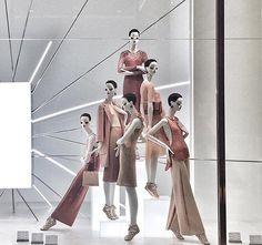 Color principal y dos colores March, Zara Fashion Window Display, Fashion Displays, Window Display Design, Store Window Displays, Visual Merchandising Displays, Visual Display, Fashion Store Design, Clothing Store Interior, Retail Store Design