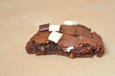 Bolachas de chocolate recheadas com caramelo para dois braços fortes :)