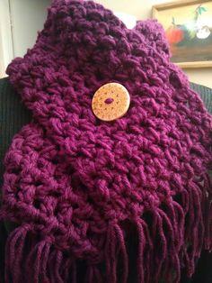 Cuello tejido a ganchillo color uva.