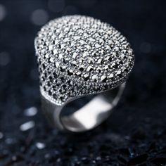 """Cette superbe bague pour femme est pavée de 198 marcassites pour un poids total en carats de 2,729 ct! La marcassite, en vérité de la pyrite, était autrefois appelée """"l'or des fous"""" tant sa couleur dorée et son éclat métallique la confondait avec le véritable métal précieux. C'est la pierre ornementale favorite pour mettre en valeur des bijoux en argent vintage, au style baroque voire gothique. Découvrez vite tous les bijoux en Marcassite chez Juwelo! Jewelery, Rings For Men, Silver Rings, Gems, Baroque, Inspiration, Collection, Vintage, Style"""