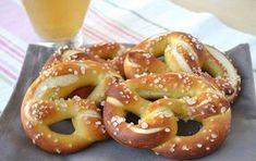I pretzel , chiamati anche brezel, pretzl o brezn sono un tipico pane… Cooking Chef, Cooking Time, Gourmet Recipes, Vegetarian Recipes, Holiday Bread, Thermomix Desserts, Homemade Pasta, Croissants, Yummy Cakes