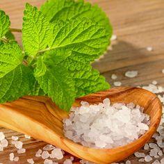 Lip Scrub selber machen: Rezept für veganes DIY Lippenpeeling - Mit Minze schmeckt das vegane Peeling nicht nur lecker, sondern Minzöl wirkt zudem ...