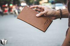 """[Item 2 of 5 trong hộp tháng 9 """"Street Venture""""] 2) Ví da 2Guys1Box  Loại ví da này còn được gọi là checkbook wallet! Chiếc ví có thiết kế dài để đặc biệt giữ được nhiều loại giấy tờ khác nhau mà không bị hỏng hay nhầu. Loại ví này hợp cho những bạn nào thích dùng túi sách hoặc khoác coat jacket. Ví da 2Guys1Box là 1 phụ kiện không thể thiếu cho 1 bộ cánh mùa đông lịch lãm. :))))) CÁC BẠN HÃY ĐỂ LẠI SỐ ĐIỆN THOẠI VÀO COMMENT ĐỂ ORDER HỘP THÁNG 9 """"Street Venture"""" gồm chiếc ví này  1 vòng tay…"""