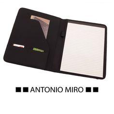 Carpeta Mukaul de Antonio Miro, material de microfibra y polipiel, 20 hojas. Se puede personalizar con el logo de su empresa o a su gusto. #regalospersonalizados #articulospromocionales #regalospersonales #regalospublicitarios #regalosdeempresa