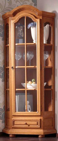 Stilvolles, hochwertiges Wohnmöbelprogramm. Türrahmen und Schubkastenblenden aus massiver Eiche, rustikal gebeizt. Korpus Eiche rustikal furniert, Korpus Kunststoffoberfläche eichefarben rustikal. Metallscharniere. Schubkästen auf Holzlaufleisten. Verglast mit Holzverzierung. 1 Schubkasten, 1 abschließbare Holztür mit Glaseinsatz, dahinter 3 Holzeinlegeböden. Gesamtmaße (B/H): 81/187 cm, Sch...