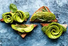 Find out how to make the BEST avocado toast recipes. These easy healthy vegan avocado toast topping ideas are perfect for breakfast or snack. Plats Healthy, Healthy Fats, Low Carb Mehl, Catering, Avocado Dishes, Vegan Keto Diet, Avocado Health Benefits, Healthy Morning Routine, Avocado