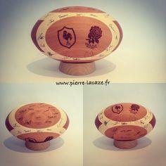 Ballon de rugby en bois.