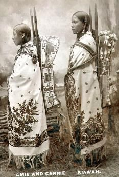 Kiowa women 1890  a tribu kiowa es una de las naciones de Nativos Americanos en los Estados Unidos que vivía principalmente en las llanuras del oeste de Texas, Oklahoma y el este de Nuevo México cuando llegaron los primeros europeos. Hoy en día la tribu kiowa tiene reconocimiento federal, con unos 12.000 miembros viviendo en el sudoeste de Oklahoma.  Los kiowas vivieron la típica vida de los Indios de las Llanuras. Mayormente nómadas, sobrevivían a base de carne de Bison y de los vegetales…