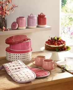 Our eye-catching cake tins designed in an elegant style are perfect for stowing your cakes and biscuits. A must-have addition to your stylish kitchen.