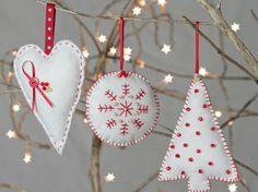 tricotage pour Noël créatif - des ornements pour l'arbre de Noël en feutre blanc et rouge décorés de perles rouges et blanches