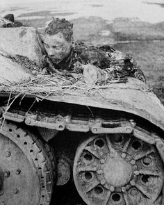 The charred remains of a Soviet tank driver on his on the eastern front in Ww2 Pictures, Dark Pictures, Military Pictures, Creepy Photography, War Photography, Photo Choc, Tank Warfare, Warring States Period, Antique Photos