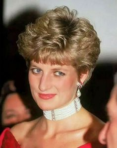 "November 1991 Princess Diana attends a Royal Diamond Gala Performance of Verdi's ""Simon Boccanegra"" at the Royal Opera House, Covent Garden, London Lady Diana Spencer, Princess Diana Jewelry, Princess Diana Fashion, Royal Princess, Princess Of Wales, Royal Diamond, Royal Jewels, Prince Charles, Queen Of Hearts"