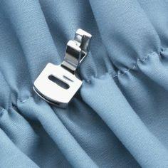 -Prensatelas Fruncidor Este Prensatelas es usado para realizar Frunces Decorativos clásicos y aplicaciones en prendas de vestir o decoración del hogar. Es muy útil para coser volantes o para la fijación de costuras.