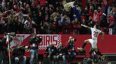 Vitolo celebra su tanto en  el encuentro entre Sevilla y FC Barcelona