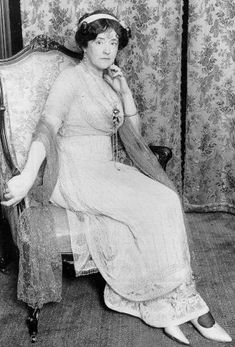 ca. 1912 Edwardian couturière and Titanic survivor Lady Duff Gordon, aka Lucile. Blouson/pouter pigeon/over hanging bodices took a long time to subsideas seen in this photo of Lucile Titanic History, Rms Titanic, Titanic Museum, Titanic Ship, Edwardian Era, Edwardian Fashion, Vintage Fashion, Lucy Lady Duff Gordon, Belle Epoque