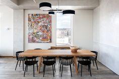 Loft w Nowym Jorku, proj. Casamanara, fot. Evan Joseph. Nad stołem wisi żyrandol ultraluksusowej marki Rolf & Hill; bezpretensjonalne w formie krzesła to model J104 autorstwa Jorgena Boekmarka dla marki HAY, a stół zaprojektował Piero Lissoni dla włos
